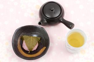 道明寺桜餅(上方風桜餅)の写真素材 [FYI00095323]