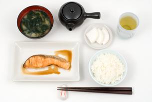 焼き鮭とごはんの写真素材 [FYI00095495]