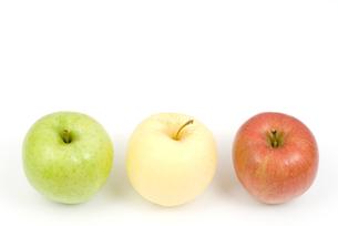 三色のりんごの写真素材 [FYI00095574]