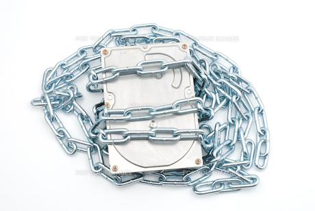 鎖を巻いたハードディスクの写真素材 [FYI00095693]