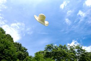 空へ飛ぶ帽子の写真素材 [FYI00095922]