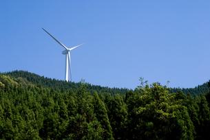 森と風力発電の写真素材 [FYI00095940]