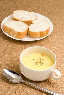 コーンスープとフランスパンの写真素材 [FYI00096134]