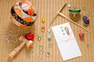 お年玉袋と昔懐かしいおもちゃの写真素材 [FYI00096185]