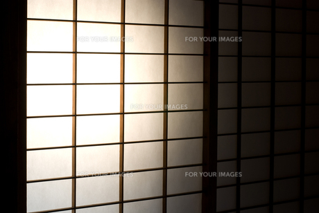 光を浴びる障子戸の写真素材 [FYI00096190]