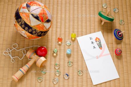 お年玉袋と昔懐かしいおもちゃの写真素材 [FYI00096199]