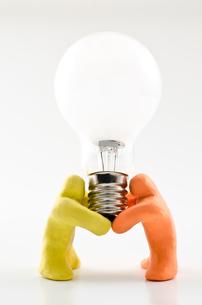 電球を持つ人形の写真素材 [FYI00096313]