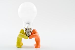 電球を持つ人形の写真素材 [FYI00096321]