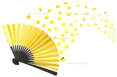 金の扇子と紙吹雪の素材 [FYI00096643]