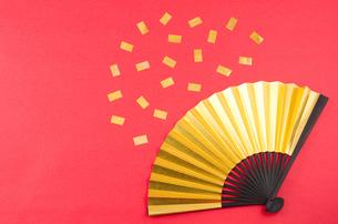 金色の扇子と紙吹雪の素材 [FYI00096652]