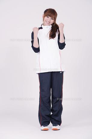 トレーニングウエアを着た女性の写真素材 [FYI00097725]