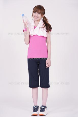 トレーニングウエアを着た女性の写真素材 [FYI00097733]