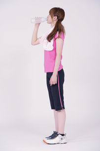 トレーニングウエアを着た女性の写真素材 [FYI00097743]