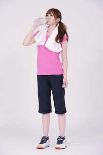 トレーニングウエアを着た女性の写真素材 [FYI00097757]