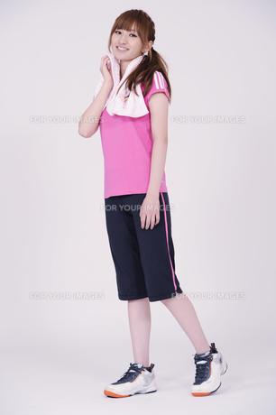 トレーニングウエアを着た女性の写真素材 [FYI00097771]