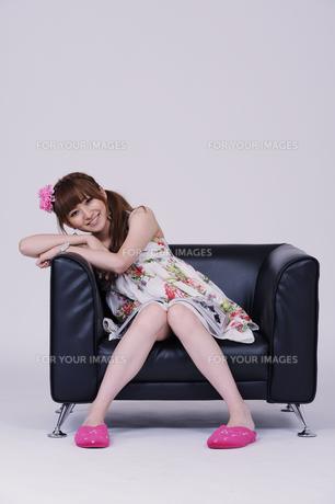 ソファに座る女の子の写真素材 [FYI00097894]