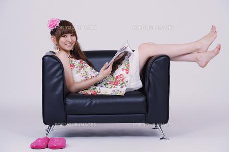 ソファに座る女の子の写真素材 [FYI00097902]