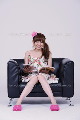 ソファに座る女の子の写真素材 [FYI00097904]