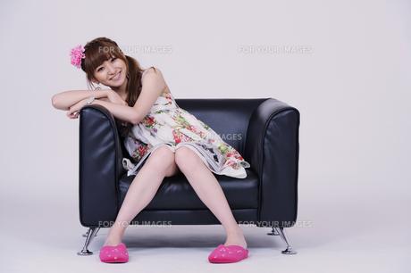 ソファに座る女の子の写真素材 [FYI00097907]
