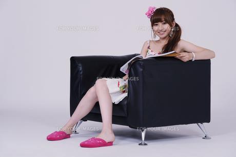 ソファに座る女の子の写真素材 [FYI00097909]