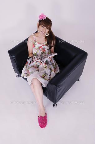 ソファに座る女の子の写真素材 [FYI00097913]