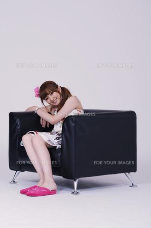 ソファに座る女の子の写真素材 [FYI00097914]