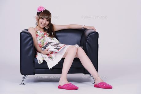 ソファに座る女の子の写真素材 [FYI00097917]
