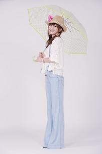 傘を持つ女の子の写真素材 [FYI00097919]