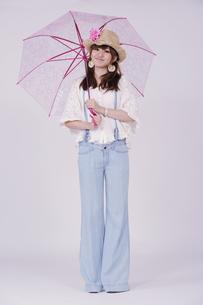 傘を持つ女の子の写真素材 [FYI00097924]