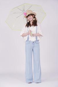 傘を持つ女の子の写真素材 [FYI00097925]