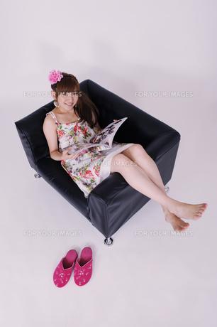 ソファに座る女の子の写真素材 [FYI00097942]