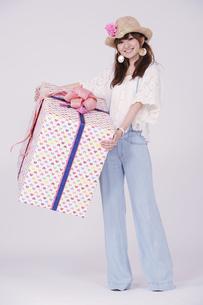 プレゼントを持った女子の写真素材 [FYI00097959]