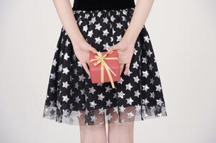 プレゼントを持った女子の写真素材 [FYI00097973]