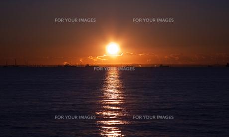 東京湾で見た日の出の写真素材 [FYI00098219]