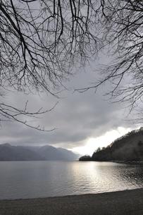 曇天の中禅寺湖の写真素材 [FYI00098775]