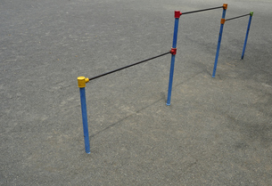 児童公園の鉄棒の写真素材 [FYI00098779]