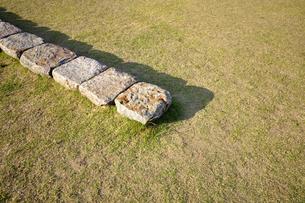 石のならんだベンチの写真素材 [FYI00098783]