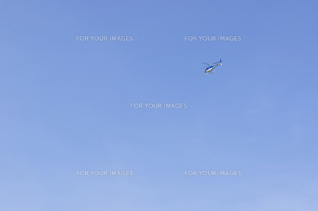 青空に浮かぶヘリコプターの写真素材 [FYI00098784]