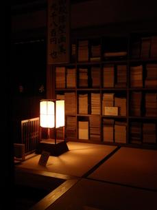 古書と灯りの写真素材 [FYI00099088]