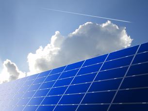 太陽光パネルと青空の写真素材 [FYI00099404]
