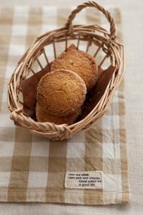 かごに入ったクッキーの写真素材 [FYI00100426]