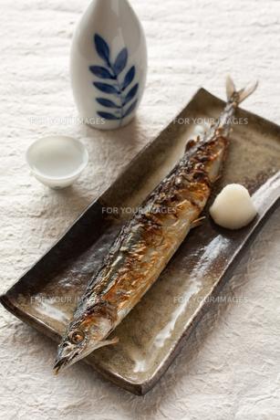 サンマの塩焼きと日本酒の写真素材 [FYI00100430]