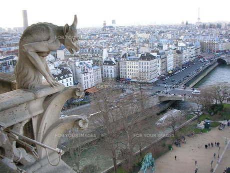 パリの街を見守るの写真素材 [FYI00100563]