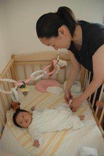 オムツ替えをする母親と赤ちゃんの写真素材 [FYI00100957]