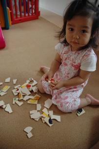パズルで遊ぶ子供の写真素材 [FYI00100958]