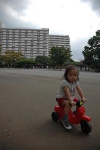 マンション付近の公園で遊ぶ子供の写真素材 [FYI00100969]