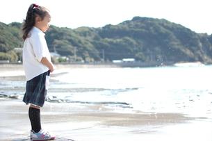 海を見つめる少女の写真素材 [FYI00100971]
