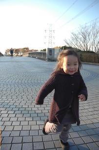 走っている子供の素材 [FYI00100972]
