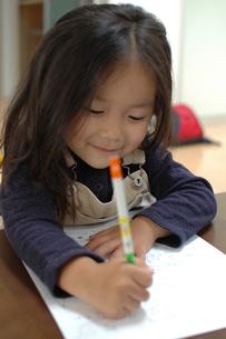 お絵描きをしている幼児の写真素材 [FYI00100981]