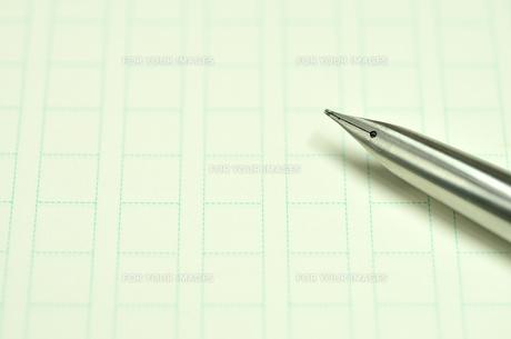 原稿用紙と万年筆の写真素材 [FYI00101155]